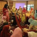 Hj Misnarni Syamsuar turun langsung latih anggota DWP Provinsi Riau