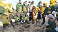 Penanaman Cemara Pantai dalam rangka peringatan HPN 2021 tingkat provindi Riau di Pantai Pesona, Rupat Utara, Kabupaten Bengkalis, Riau, Senin, (8/02/2021)